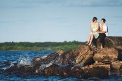 Couples dans l'amour sur le lac Photo libre de droits