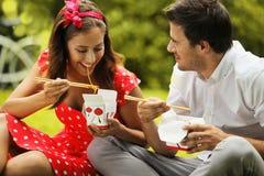 Couples dans l'amour sur le pique-nique en parc Photos libres de droits