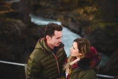 Couples dans l'amour sur le pont en Islande Images libres de droits