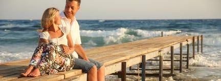 Couples dans l'amour sur le rivage de la mer Photos libres de droits