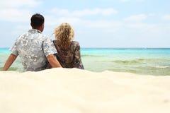 Couples dans l'amour sur le rivage de la mer Photographie stock libre de droits