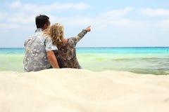 Couples dans l'amour sur le rivage de la mer Photographie stock