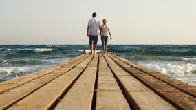 Couples dans l'amour sur le rivage de la mer Image stock