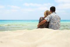 Couples dans l'amour sur le rivage de la mer Images stock