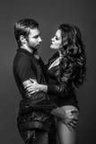 Couples dans l'amour sur un fond gris Photo libre de droits