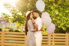 Couples dans l'amour sur un pique-nique près de leur maison, style américain Photographie stock libre de droits