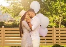 Couples dans l'amour sur un pique-nique près de leur maison, style américain Photo libre de droits