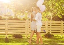 Couples dans l'amour sur un pique-nique près de leur maison, style américain Photographie stock