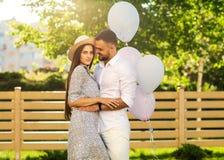 Couples dans l'amour sur un pique-nique près de leur maison, style américain Photo stock