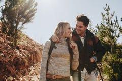 Couples dans l'amour sur une hausse de montagne Images libres de droits