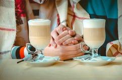 Couples dans l'amour tenant chaque autres mains Photo libre de droits