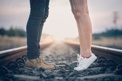 Couples dans l'amour tenant des coeurs Image libre de droits