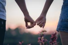 Couples dans l'amour tenant des coeurs Image stock