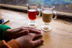 Couples dans l'amour tenant des mains, les couples buvant du café chaud et Images libres de droits