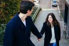Couples dans l'amour tenant des mains sur des escaliers Photos stock