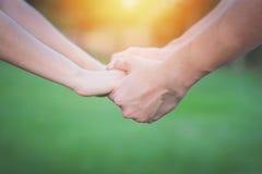 Couples dans l'amour tenant la main Images libres de droits