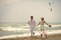 Couples dans l'amour Couples tendres de mariage sur la plage Images libres de droits