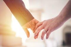 Couples dans l'amour Tenir des mains dans le coucher du soleil Photographie stock libre de droits