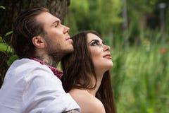 Couples dans l'amour Type avec la fille en nature Photographie stock libre de droits