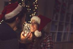 Couples dans l'amour un réveillon de Noël Photos libres de droits