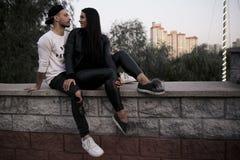 Couples dans l'amour : une belle jeune fille dans le sourire noir de vêtements Image stock