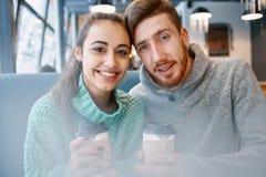 Couples dans l'amour une date en café dans le jour de valentines Photographie stock libre de droits