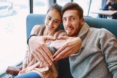 Couples dans l'amour une date en café dans le jour de valentines Images stock