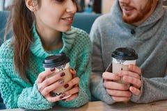 Couples dans l'amour une date en café dans le jour de valentines Image stock