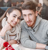 Couples dans l'amour une date en café dans le jour de valentines Photographie stock