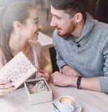 Couples dans l'amour une date en café dans le jour de valentines Images libres de droits