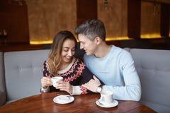 Couples dans l'amour une date en café dans le jour de valentines Photo libre de droits