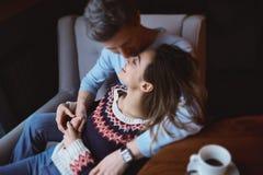 Couples dans l'amour une date en café dans le jour de valentines Image libre de droits