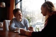 Couples dans l'amour une date en café dans le jour de valentines Photo stock
