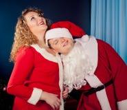 Couples dans l'amour utilisant des chapeaux de Santa Photos libres de droits