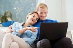 Couples dans l'amour utilisant l'Internet Images stock