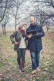 Couples dans l'amour utilisant le wifi se reliant de radio de Web de comprimé Image stock