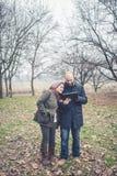 Couples dans l'amour utilisant le wifi se reliant de radio de Web de comprimé Photo libre de droits
