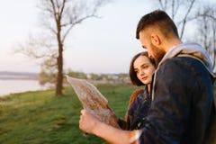 Couples dans l'amour, voyageant avec une carte Photos stock