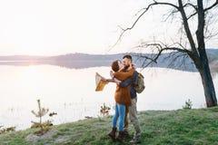 Couples dans l'amour, voyageant avec une carte Image libre de droits