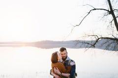 Couples dans l'amour, voyageant avec une carte Photographie stock libre de droits