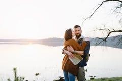 Couples dans l'amour, voyageant avec une carte Photo libre de droits