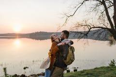 Couples dans l'amour, voyageant avec une carte Photo stock