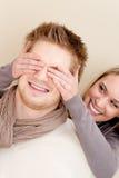 Couples dans l'amour - yeux de cache de femme de l'homme Photos libres de droits