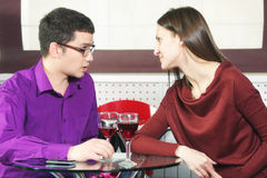 Couples dans l'argumentation de café Photos stock