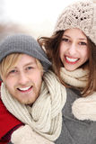 Couples dans l'embrassement de vêtement de l'hiver Images libres de droits