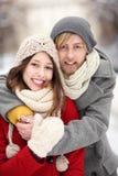 Couples dans l'embrassement de vêtement de l'hiver Photographie stock libre de droits