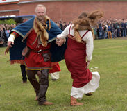 Couples dans l'habillement médiéval de Viking, Photo libre de droits