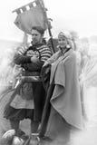 Couples dans l'habillement médiéval de Viking, Photographie stock