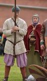 Couples dans l'habillement médiéval de Viking, Image stock