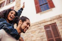 Couples dans l'humeur joyeuse appréciant dehors Photo stock